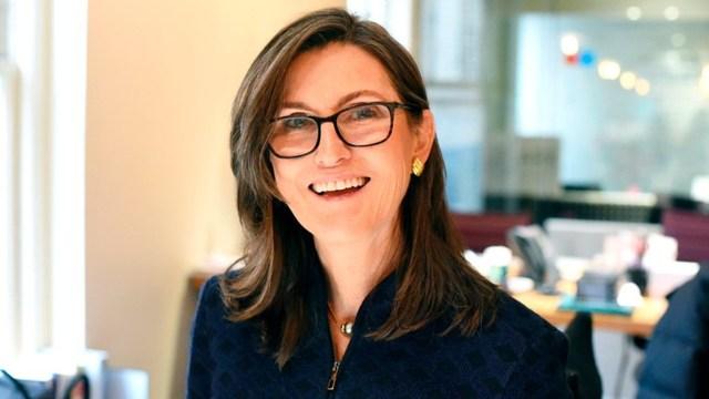 Cathie Wood: ¿Por qué su estrategia de inversión es opuesta a Warren Buffett?