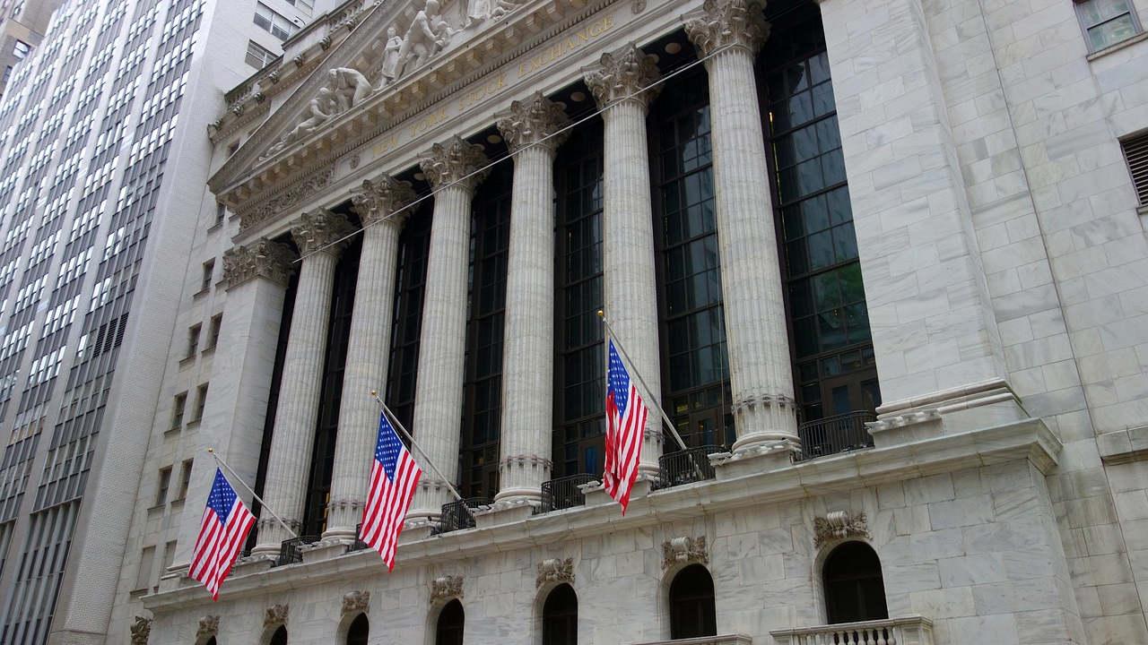 Cae Dow Jones tras posible aumento de impuestos a la riqueza en Estados Unidos