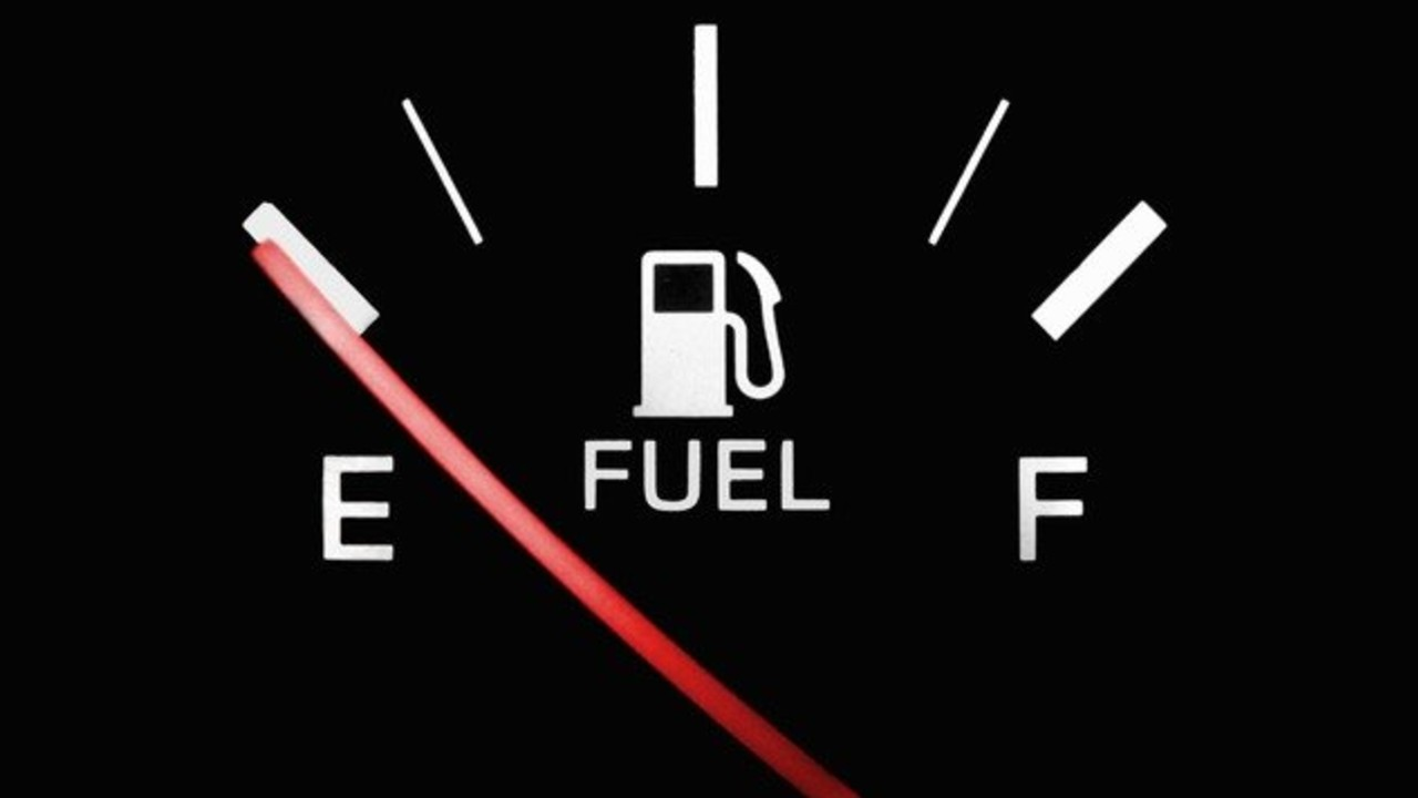 Por qué no debo manejar con la reserva de gasolina