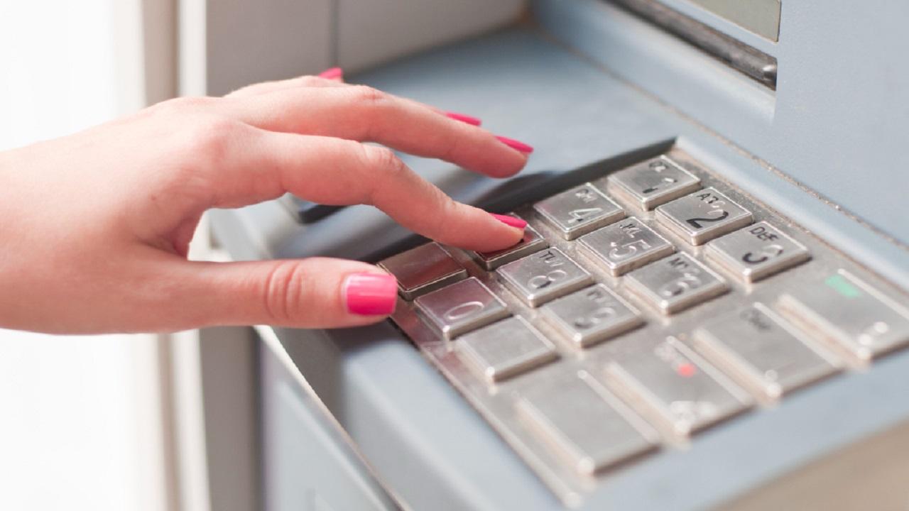 La trampa es colocada en la abertura del cajero automático y evita la salida del efectivo