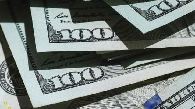 El dólar retrocede frente al peso