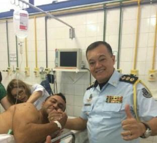 Comandante da PM visitou o policial nesta manhã (FOTO: Reprodução)