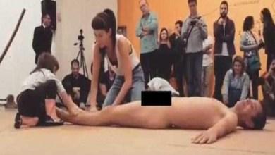 Photo of Apresentação com homem nu e criança gera polêmica na internet