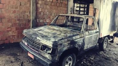 Foto de Aurora (CE): Caminhonete é incendiada em frente à delegacia; polícia investiga se caso tem relação com ataques na capital