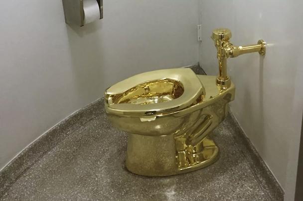 """O vaso sanitário """"America"""" feito em ouro 18 quilates e obra do artista Maurizio Cattelan, já havia sido exposto no museu Guggenheim, em Nova York — Foto: William Edwards/AFP"""
