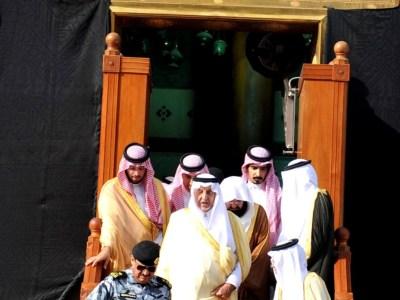 أمير مكة يتشرف بغسل الكعبة المشرفة الرأي