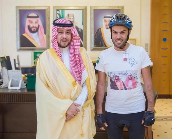 نائب أمير القصيم يستقبل رحالاً سعودياً قرر السفر إلى «موسكو» بالدراجة