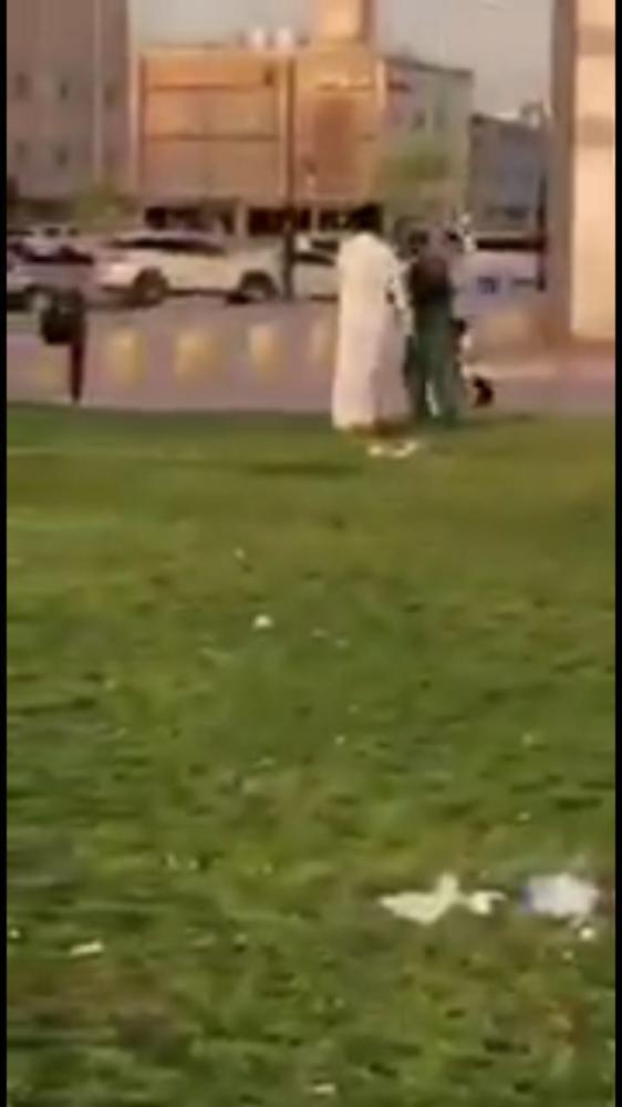 «أمانة الرياض» تستعين بالأمن للوصول للمعتدي على عامل النظافة
