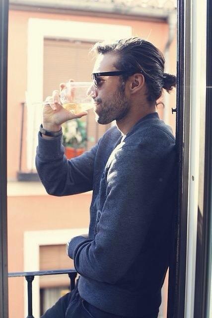 Hombre elegante tomando una copa de vino