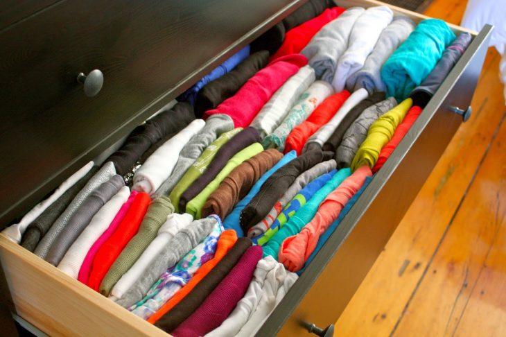 camisas en un cajón acomodadas de manera vertical