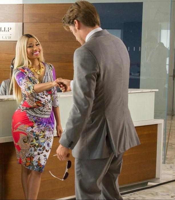 mujer y hombre en una oficina dándose la mano para saludarse