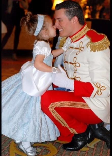 Madre cose disfraces de personajes de Disney para su hija