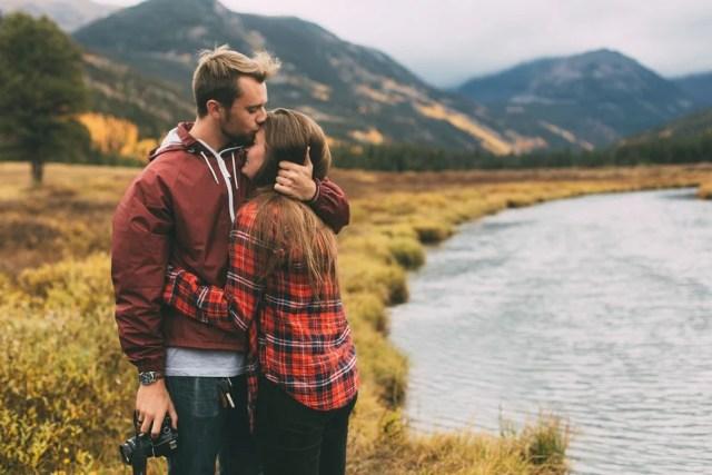 pareja de novios abrazándose