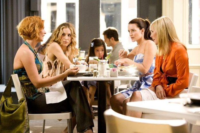 Escena de la película sex and the city amigas desayunando