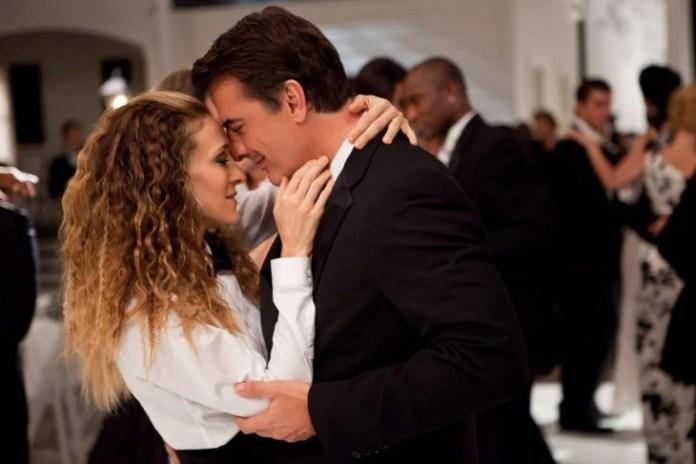 Carrie and mr. big abrazados bailando y besándose