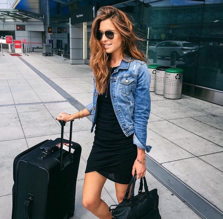 Chica con maletas en el aeropuerto
