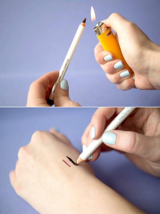 Chica quemando un lapíz delineador para intensificar el tono