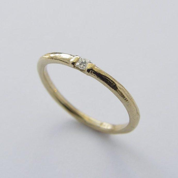 anillo minimalista con piedra muy pequeña