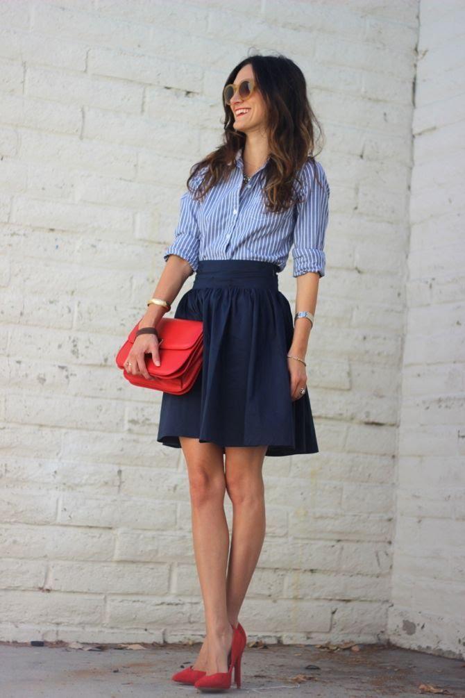 27ad107f48 Chica usando una blusa azul con lineas verticales y una falda color azul  marino