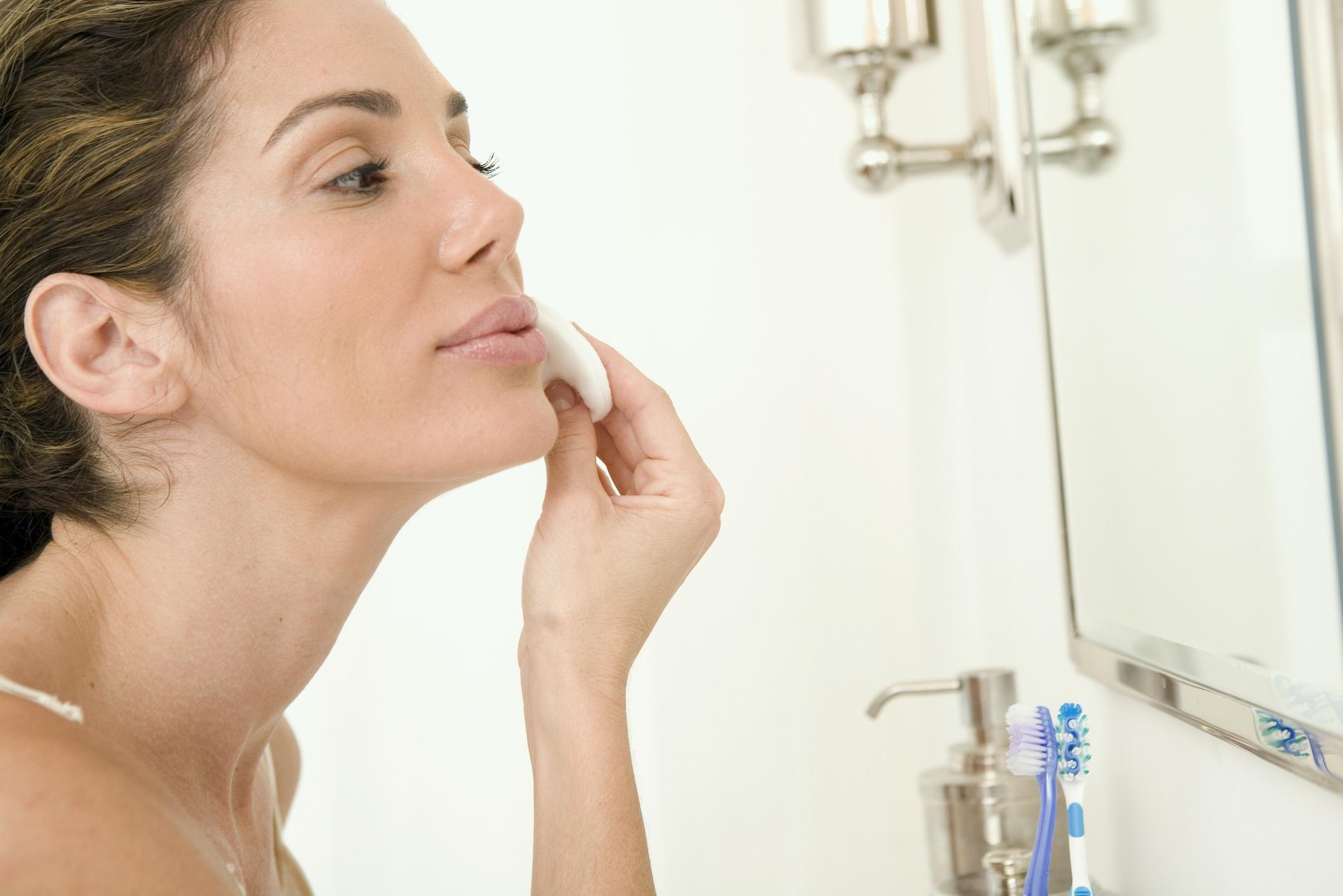 Resultado de imagen de foto de una chica con cremas frente a un espejo
