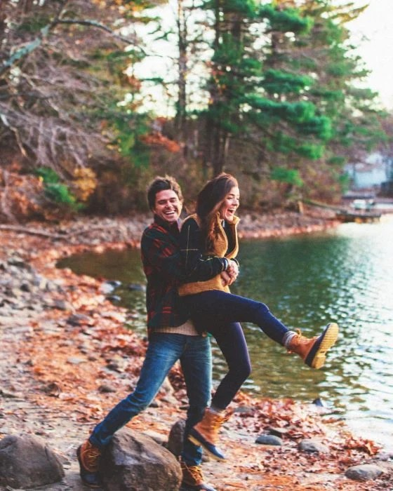 hombre levanta a novia en el lago