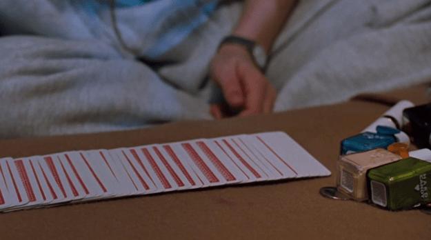 cama con baraja de cartas y esmaltes de colores