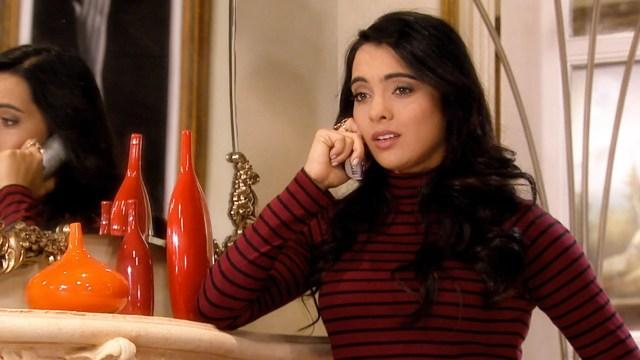 chica hablando por telefono en la sala de su casa