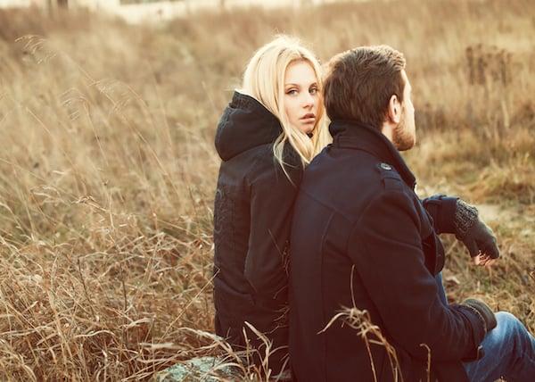 pareja de novios sentados en el campo
