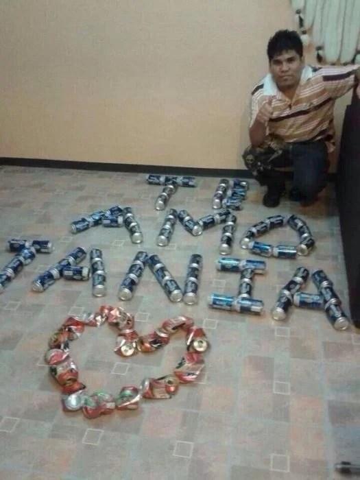 Chico haciendo un corazón con latas de cerveza