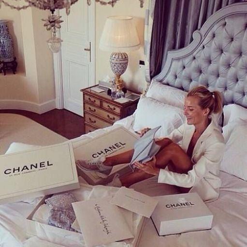 chica con ropa channel en la cama