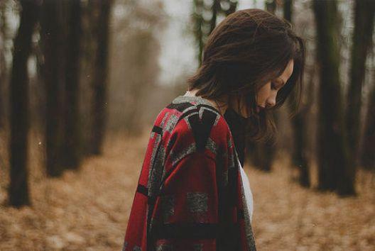 chica confundida caminando por el bosque