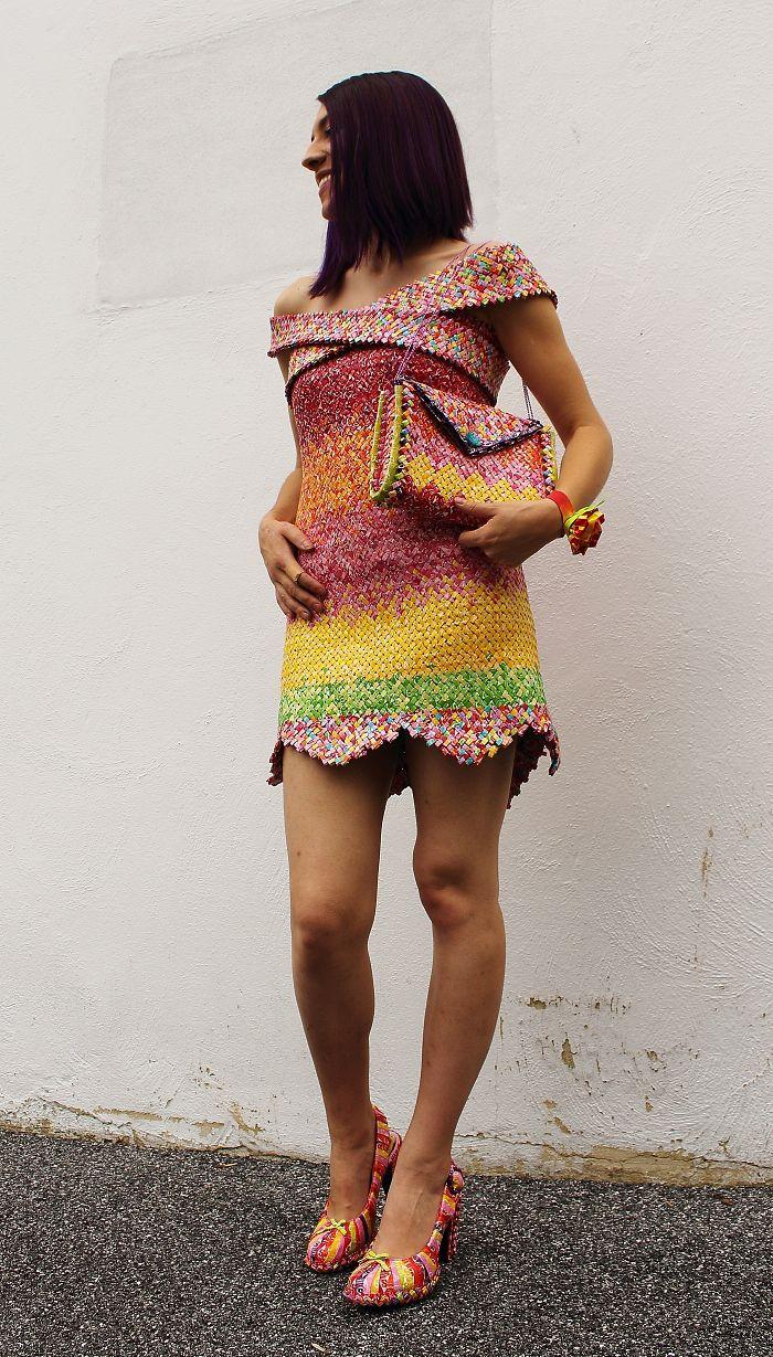 Cosi 10 mil envolturas de dulces para crear un gran vestido