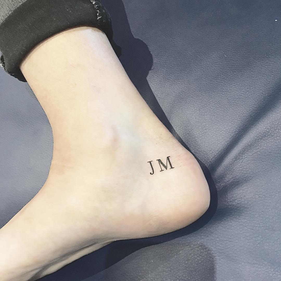 15 Tatuajes De Iniciales Para Demostrarle Cuanto Lo Amas