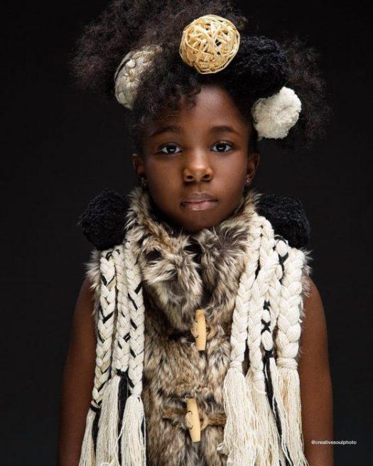 niña con cabello afro y ropa blanca