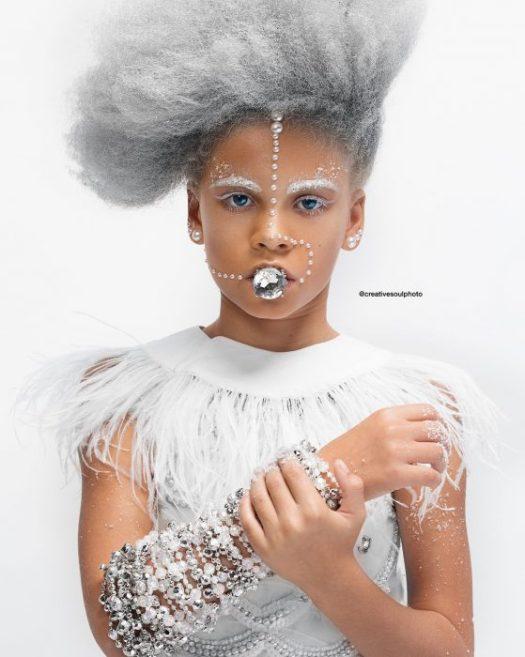 niña con cabello de color plata