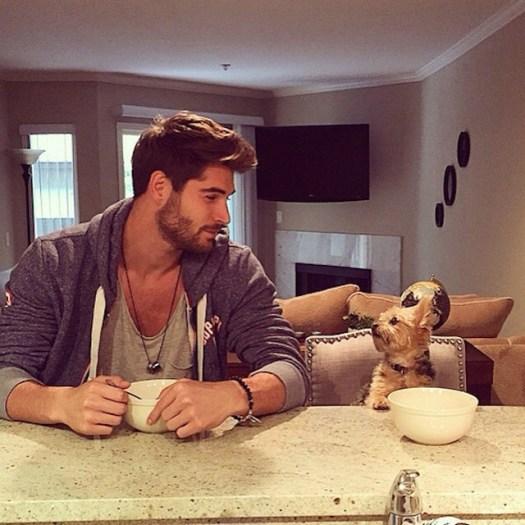 chico cenando junto a su mascota