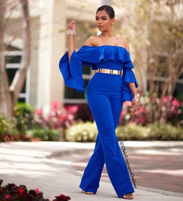 Chica usando un jumpsuit de color azul sin hombros