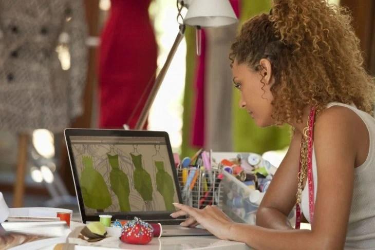 garota projetando roupas
