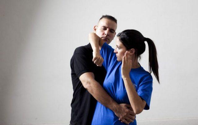 Técnica de autodefensa mujer golpea con el codo a hombre que la ataca
