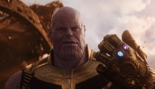Villano Thanos en la película Avengers: Infinity war usando el guante con las gemas del infinito