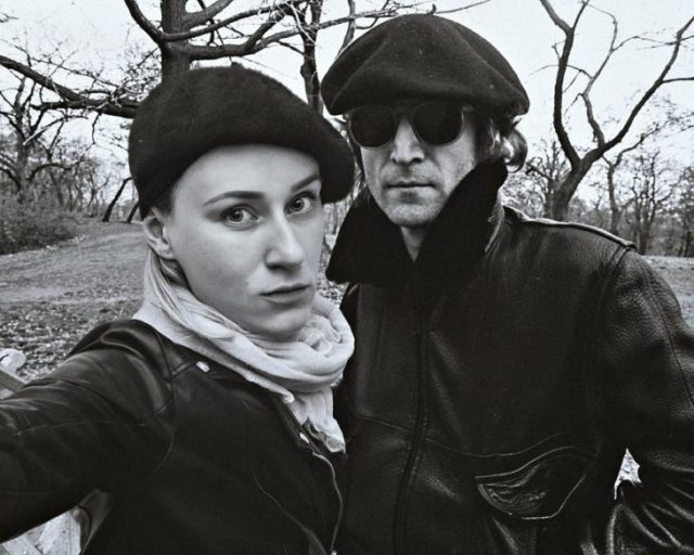 Fotógrafa Flóra Borsi tomándose una selfie con John Lennon mientras se encuentran en un parque