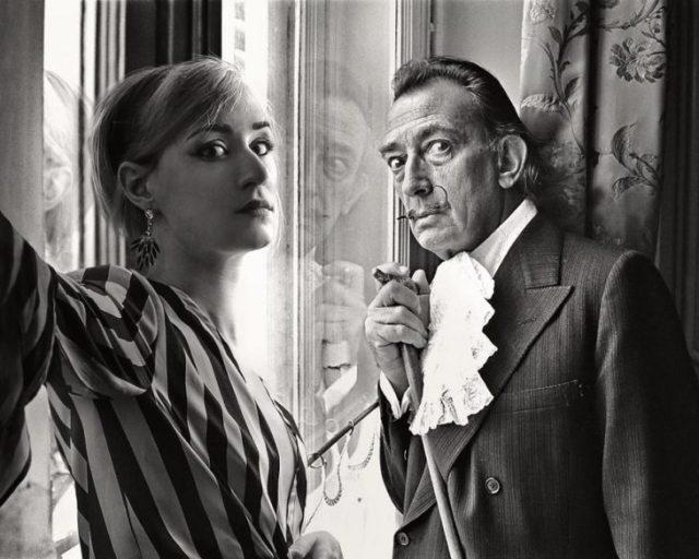 Fotógrafa Flóra Borsi tomándose una selfie con Salvador Dalí mientras están viendo hacia una ventana