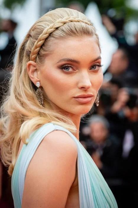 Chica en Cannes mostrando su diadema hecha con una trenza de cabello natural