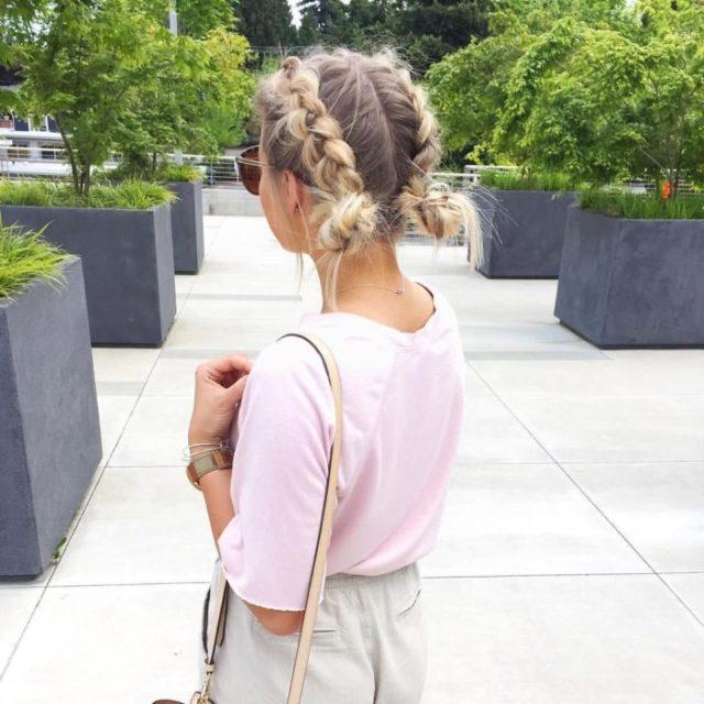 Ideas de peinados para el calor; chica rubia con dos trenzas y chongos