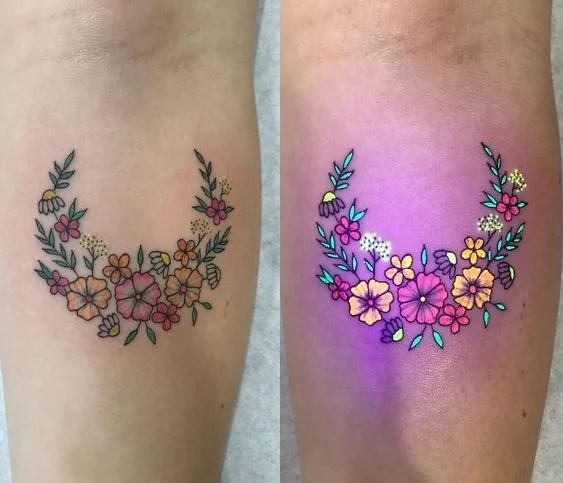 Тату гирлянда из цветов полумесяца с ультрафиолетовым эффектом
