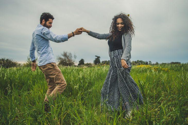 pareja bailando en un pastizal