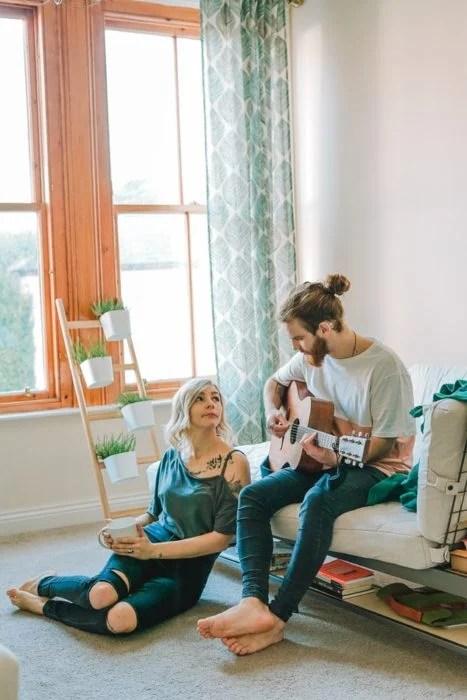 Pareja en la que el chico está tocando la guitarra