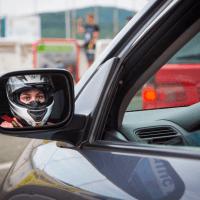 Vozačica, našminkano lice iza upravljača automobila