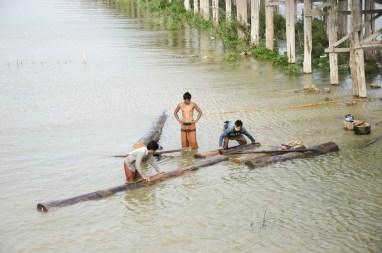 Pêcheurs près du pont