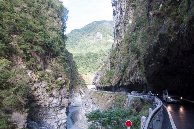 la route au bord des gorges